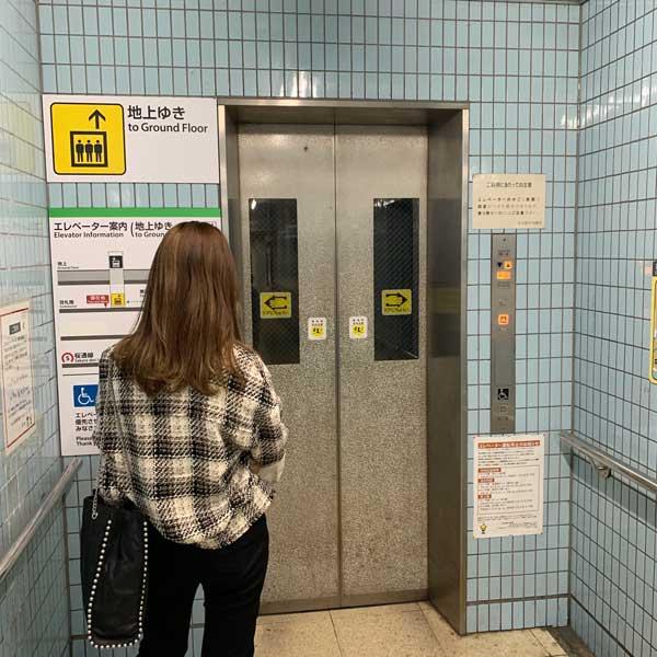 エレベーター前景